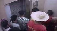 电梯故障11人被困 为自救同心协力凿墙而出