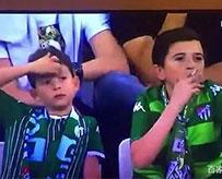 小孩看球赛抽烟惹争议