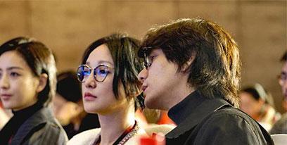 周迅陈坤出席活动 好友同框戴眼镜超默契