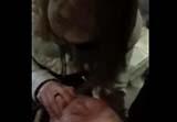 女生为救人用手塞嘴