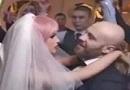 男子与充气娃娃结婚